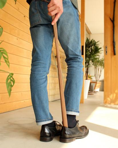 無垢材から削りだしたロングサイズの木製靴べら「Shoehorn Lサイズ」