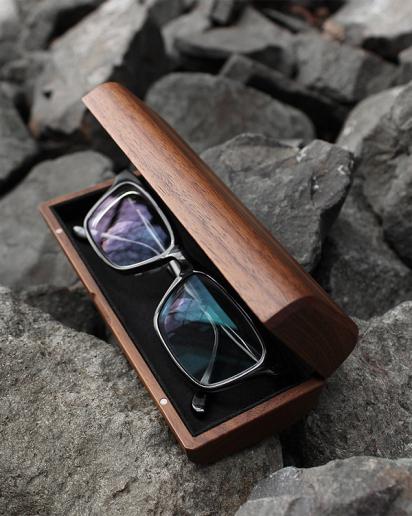大切なメガネやサングラスを木のぬくもりでやさしく覆うおしゃれなメガネケース「GlassesCase Classy」。