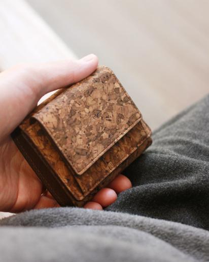 手のひらサイズのミニマル財布「CONNIE Triple Wallet Mini」