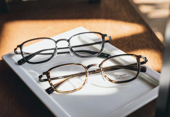 国産フレームをお手頃価格で楽しめるハイエンドライン「Oh My Glasses TOKYO seem」に、初のシートメタルモデル「Rudolf」が登場。