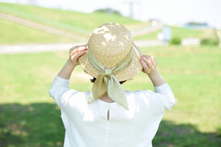 普段のお散歩が華やぐ、ストールリボンの麦わら帽子