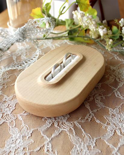 【ウェディング】大切な瞬間を引き立てる、格調高い木製リングピロー「Ring Pillow」