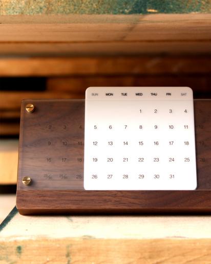 【送別祝い】木の経年変化を楽しむ卓上万年カレンダー「Desk Calendar Eternal」