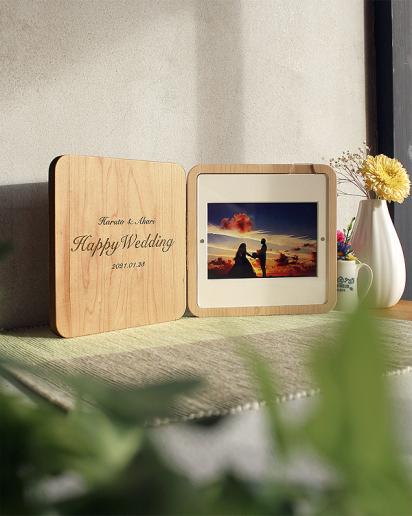 【送別祝い】時と共に風合いを増すフォトスタンド 銘木にレーザー刻印で永遠を刻む「Engraved Photo Stand」